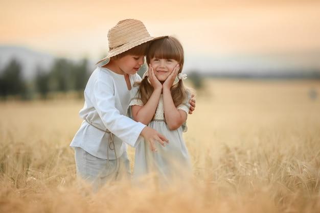 Twee vrienden een jongen en een meisje hapines lopen op de boerderij in het veld