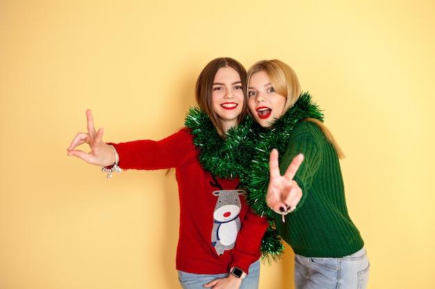 Twee vrienden hipster meisjes spelen en plezier hebben