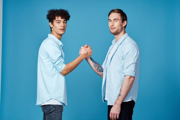 Twee vrienden in blauwe shirts naast elkaar