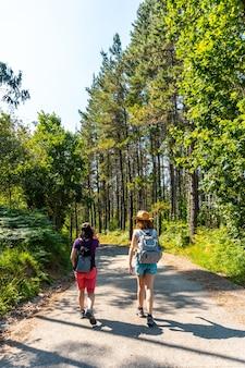 Twee vrienden lopen langs het urdaibai-pad, een biosfeerreservaat in bizkaia naast mundaka. baskenland