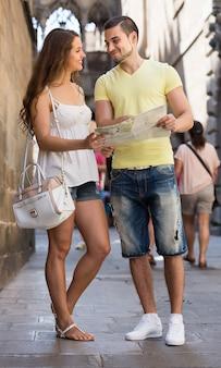 Twee vrienden met kaart in de straat
