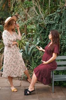 Twee vrienden praten over zwangerschap in de natuur