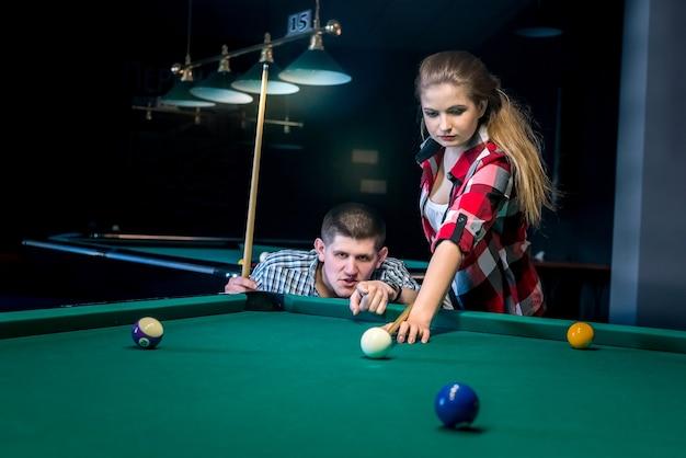 Twee vrienden spelen biljart, recreatie en gokken