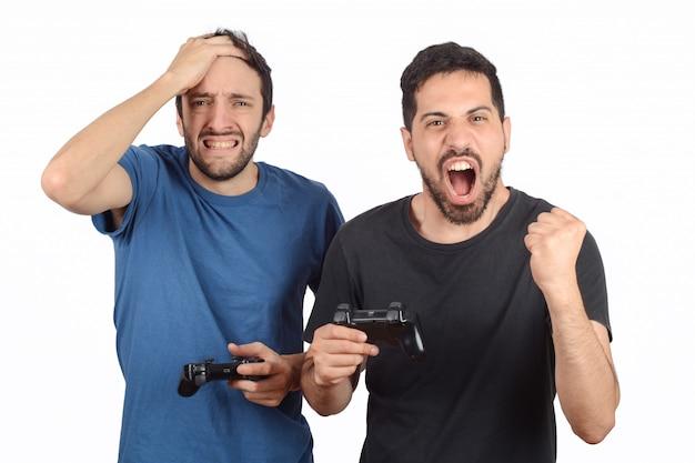 Twee vrienden spelen videogames.
