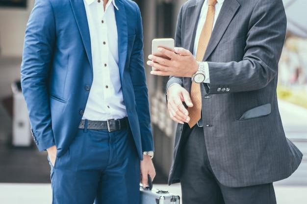 Twee vrienden zaken bij stad. commercieel team
