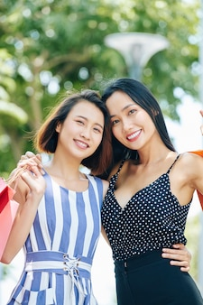 Twee vriendinnen buiten
