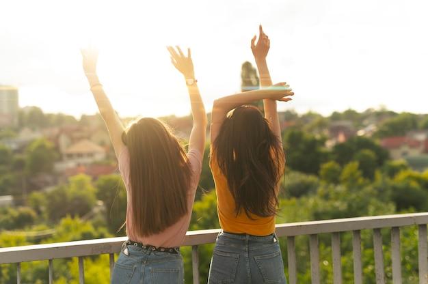 Twee vriendinnen die samen tijd buitenshuis doorbrengen