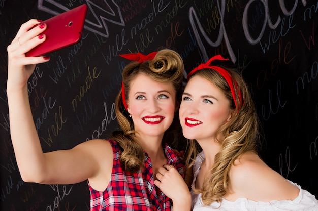 Twee vriendinnen doen selfie
