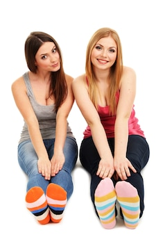 Twee vriendinnen glimlachen geïsoleerd op wit oppervlak