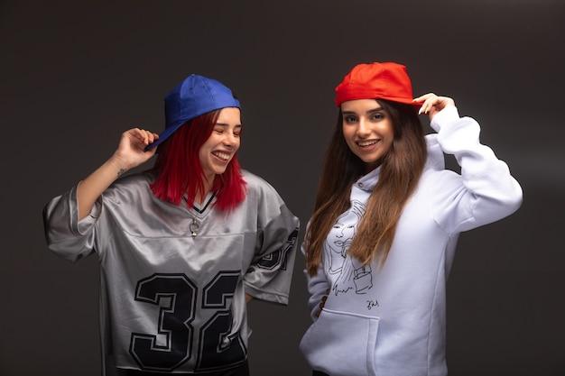 Twee vriendinnen in sportoutfits die plezier hebben.
