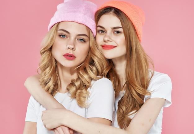 Twee vriendinnen in witte t-shirts emoties leuke mode glamour