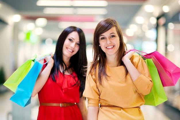Twee vriendinnen met boodschappentassen