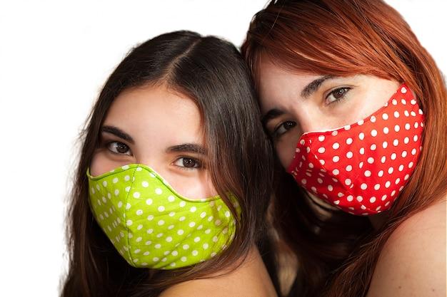 Twee vriendinnen moeder en dochter met kleurrijke gezichtsmaskers