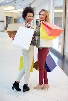 Twee vriendinnen na het winkelen
