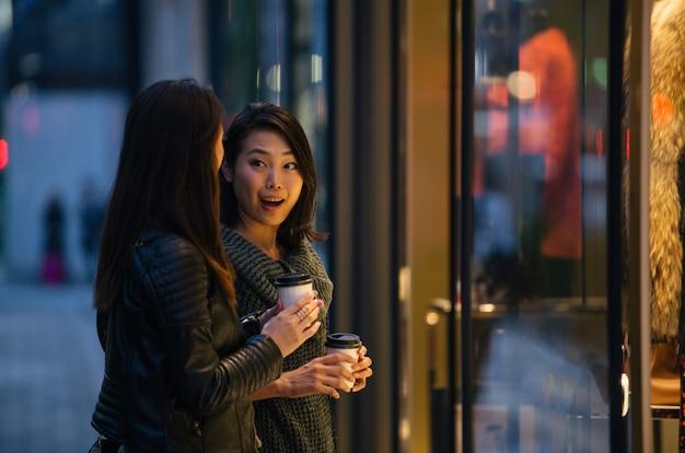 Twee vriendinnen ontmoeten elkaar in tokio