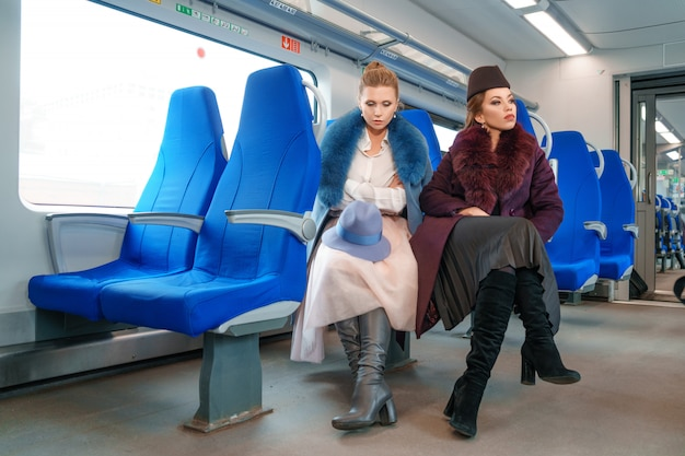 Twee vriendinnen op de trein