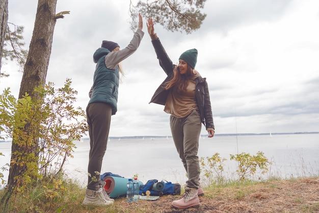Twee vriendinnen reizigers zijn trots op zichzelf en gaven elkaar een high five.
