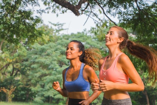 Twee vriendinnen rennen in het park