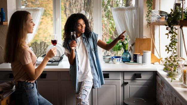 Twee vriendinnen samen in de keuken
