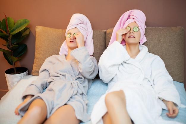 Twee vriendinnen thuis in bed