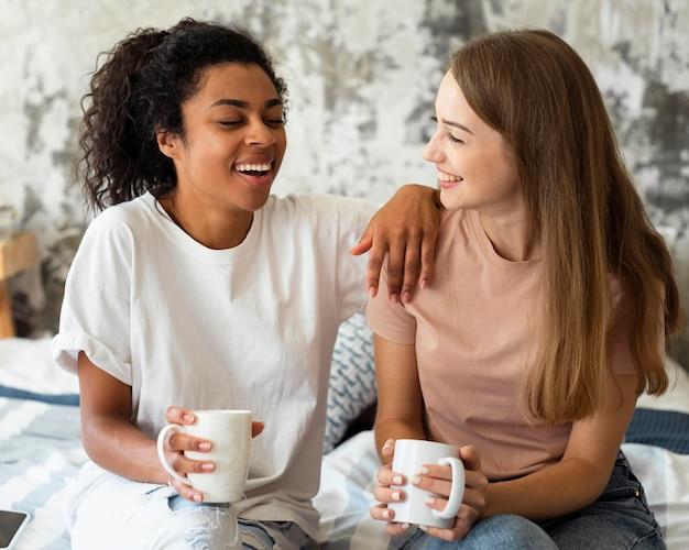 Twee vriendinnen thuis praten over koffie