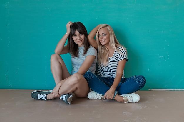 Twee vrolijke meisjes genieten van elkaars gezelschap