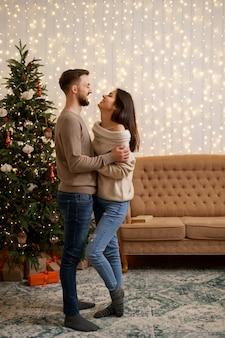 Twee vrolijke mooie zoete tedere mooie schattige schattige romantische getrouwde echtgenoten man en vrouw