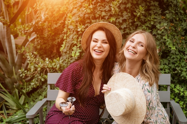 Twee vrolijke vrienden in hoeden hebben plezier