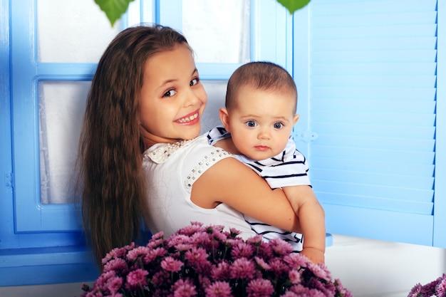 Twee vrolijke vrolijke kinderen. het concept van jeugd en levensstijl.