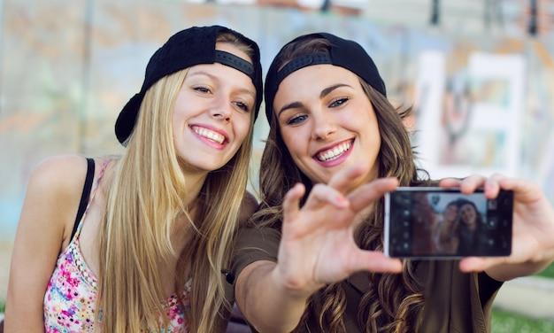 Twee vrolijke vrouwtjes doen self-potrait