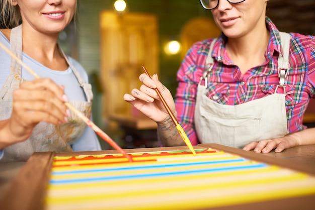 Twee vrouwelijke kunstenaars die samenwerken