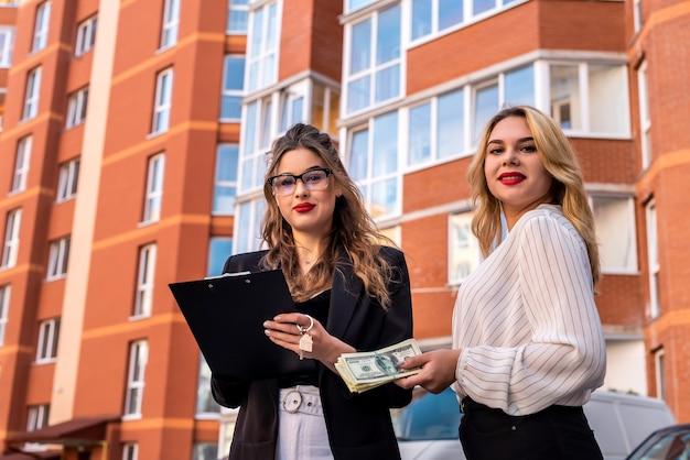 Twee vrouwelijke makelaars controleren nieuwe appartementen voor verkoop