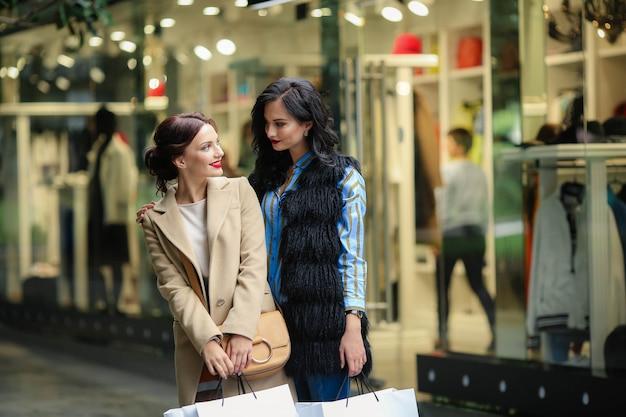 Twee vrouwelijke modellen gaan graag in de uitverkoop tijdens het winkelen.