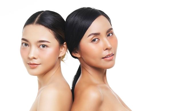 Twee vrouwelijke modellen met natuurlijke uitstraling, aziatische vrouw, gezichtsbehandeling, cosmetologie, schoonheidsbehandeling