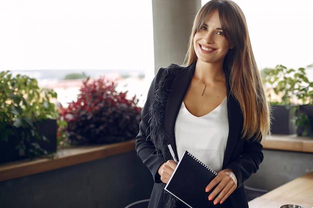 Twee vrouwelijke ondernemers werken in een café
