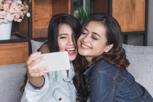 Twee vrouwelijke vrienden selfie