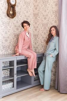 Twee vrouwelijke zussen of vrienden ontspannen in de woonkamer