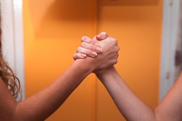 Twee vrouwen begroeten elkaar met botsende handen