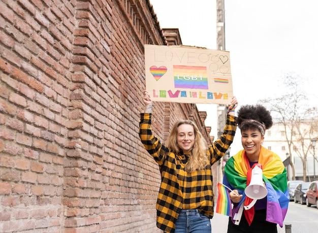 Twee vrouwen demonstreren op gay pride lgbt