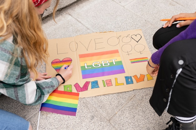 Twee vrouwen demonstreren voor lgbt