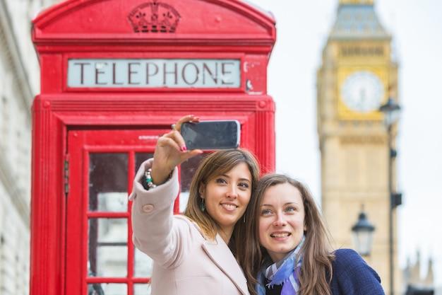Twee vrouwen die een selfie in londen nemen.