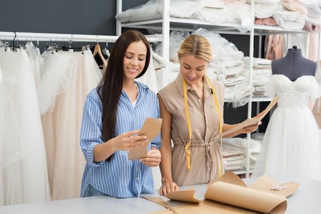 Twee vrouwen die in bruidswinkel werken