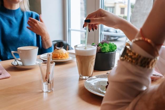 Twee vrouwen die koffie in een koffie drinken