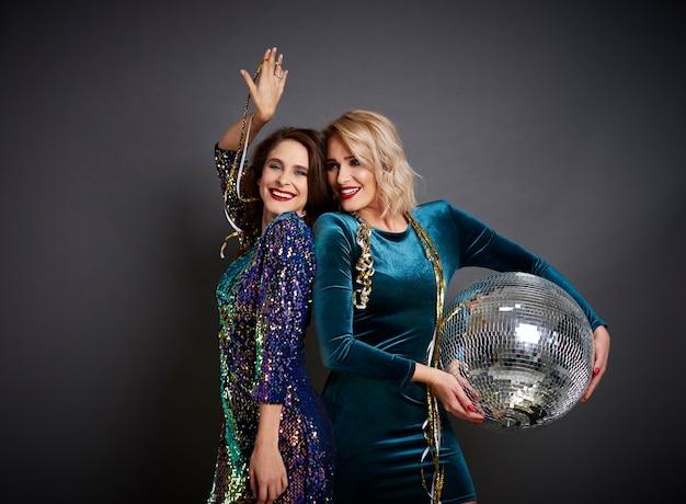 Twee vrouwen die met discobal feesten