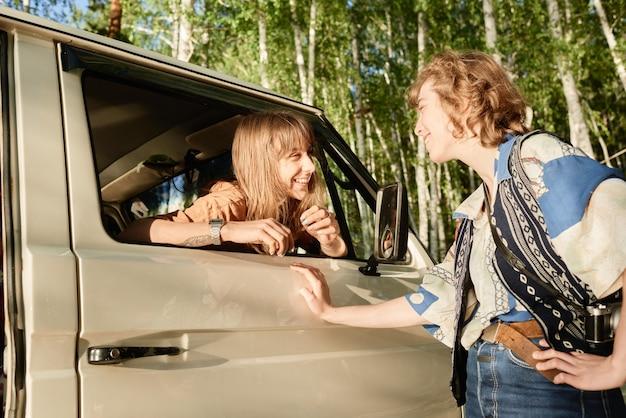 Twee vrouwen die met elkaar praten terwijl ze buiten staan