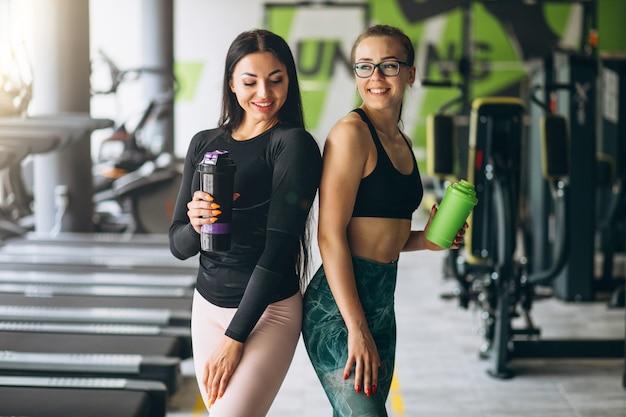 Twee vrouwen die samen bij gymnastiek opleiden