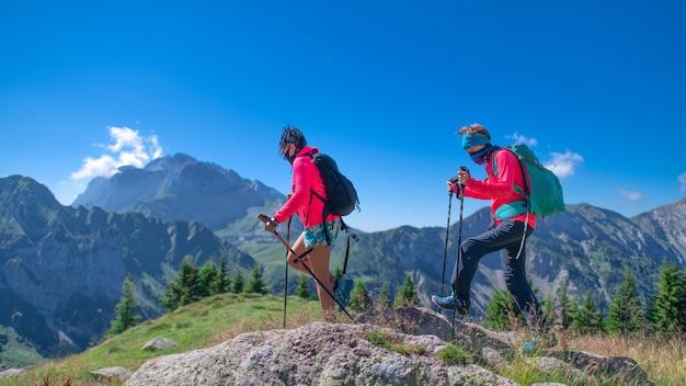 Twee vrouwen in de bergen met masker