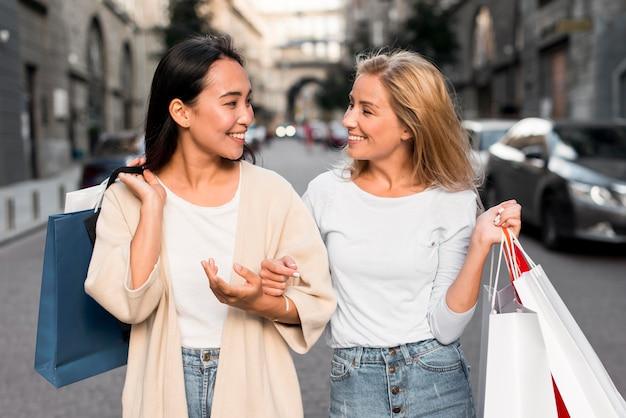 Twee vrouwen in de stad die gaan winkelen