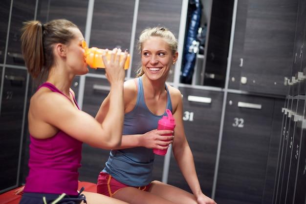 Twee vrouwen in kleedkamer bij gymnastiek