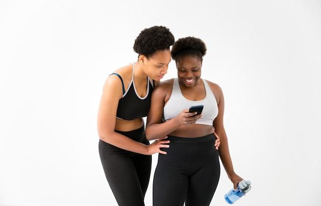 Twee vrouwen kijken op telefoon
